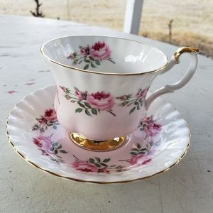 Vintage Beautiful rose pattern tea cup and saucer